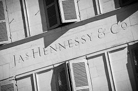 """Gros plan sur l'inscription """"JAs Hennessy & Co"""" sculptйe dans la faзade du bвtiment Sainte Elisabeth des Quais Hennessy."""