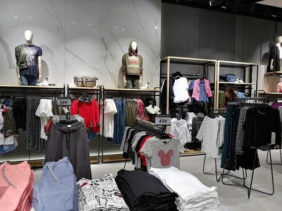 В моносторе представлены мужская, женская и детская к оллекции одежды и  аксессуаров, а также специальные лимитированные коллекции бренда. c14418603c6